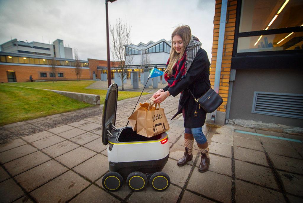 Az igazi vagányság, hogy Tallinban ilyen robotok szállítják ki az ételt.